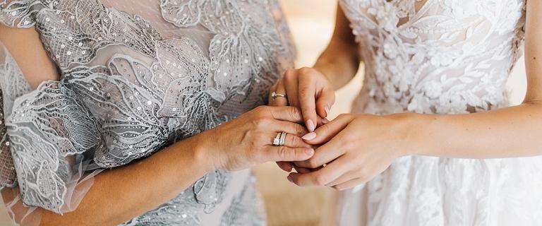 Jak się ubrać na wesele 2021? Oto najmodniejsze stylizacje dla mamy panny młodej i pana młodego. Trwa wyprzedaż