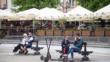 Sobota, 15 maja, pierwszy dzień działania kawiarnianych ogródków na Rynku Kościuszki