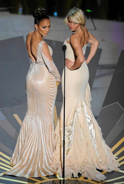 Jennifer Lopez, left, and Cameron Diaz present an award during the 84th Academy Awards on Sunday, Feb. 26, 2012, in the Hollywood section of Los Angeles. (AP Photo/Mark J. Terrill)  SLOWA KLUCZOWE:  Oscars Academy Awards