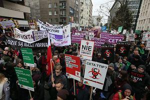 Przeciwnicy umów CETA i TTIP demonstrowali w Warszawie. Od lewicy do skrajnej prawicy