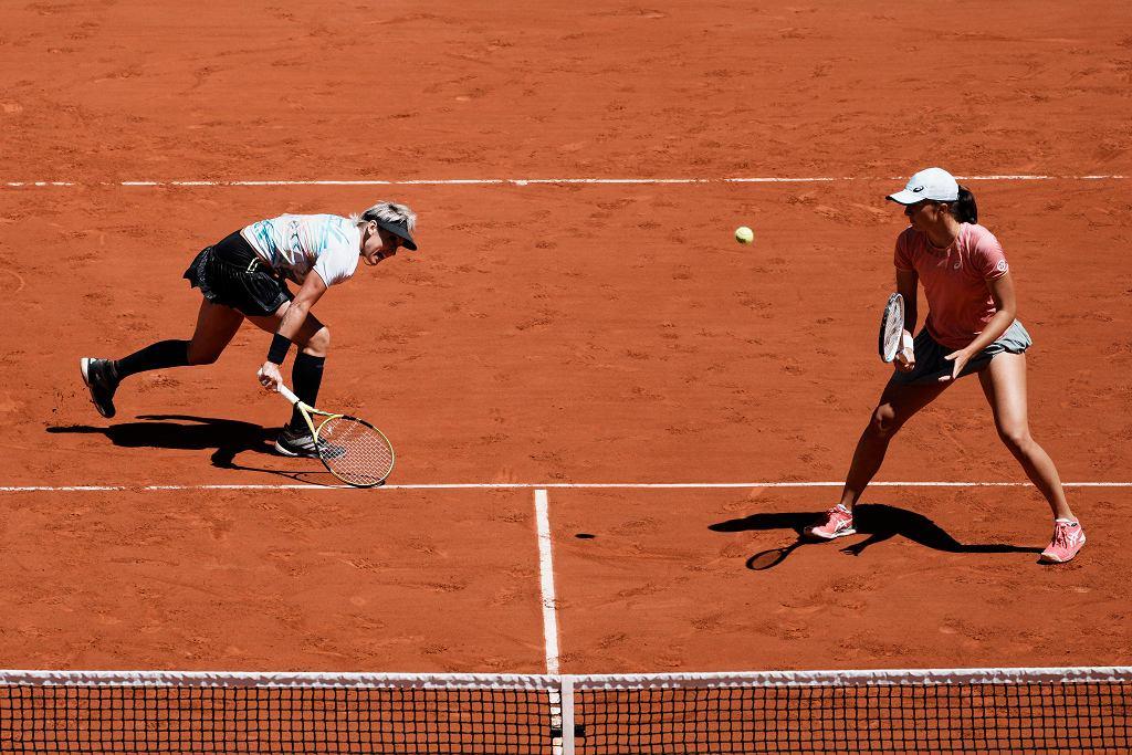 Iga Świątek (z prawej) i Bethanie Mattek-Sands w finale gry deblowej Rolanda Garrosa