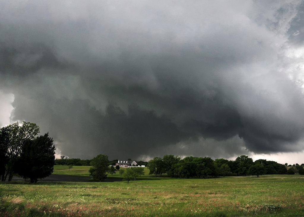 Tornado z dnia 9 maja 2016 roku w rejonie Sulphur (Oklahoma, USA). Moment zbliżania się tornada.