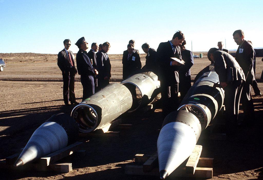Radzieccy inspektorzy oglądają rozmontowane amerykańskie rakiety Pershing II