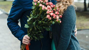 Nie każdego stać na bukiet ze stu róż, ale można go wypożyczyć do zdjęć