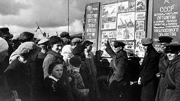Wilno, październik 1939 r. Sowiecki agitator opowiada zapewne mieszkańcom miasta, jak wspaniale żyje się w Związku Radzieckim. Pod koniec miesiąca agitatorzy znikli, bo 26 października Stalin przekazał Wilno Litwie. Nastąpiło to - jak się wyraził prezydent Litwy Antanas Smetona - 'w rezultacie długotrwałej przyjaźni łączącej Litwę z ZSRR'. Smetona był prezydentem do 15 czerwca 1940 r., kiedy Sowieci wkroczyli na Litwę i przyłączyli ją do ZSRR.