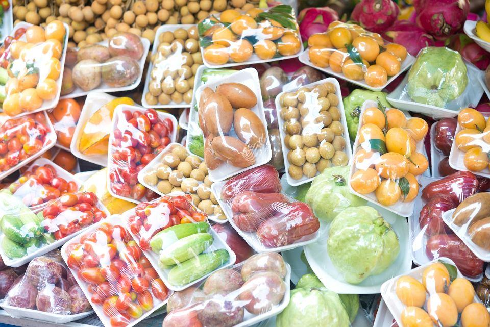 Plastikowe opakowania jedzenia to najczęściej znajdowane na plażach śmieci