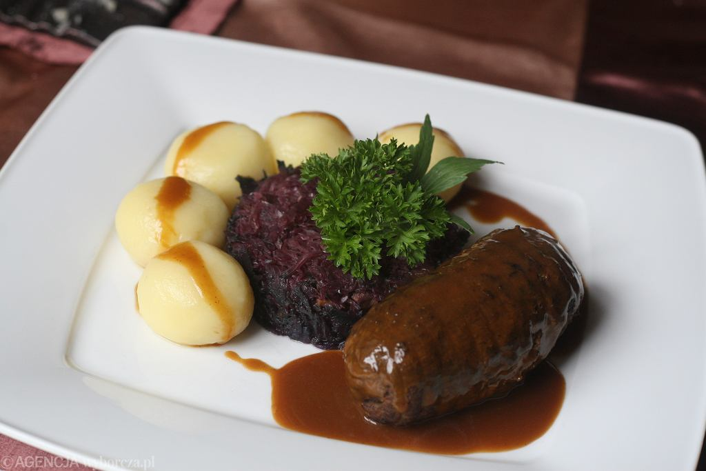 Kluski śląskie, rolada i modra kapusta to niedzielny klasyk na stołach Ślązaków.