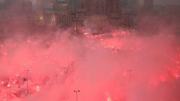 Narodowe Święto Niepodległości. Przed startem marszu, race odpalone na Rondzie Dmowskiego