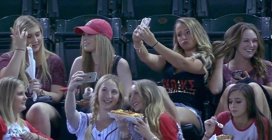 Dziewczyny robią sobie selfie na meczu. Okropność