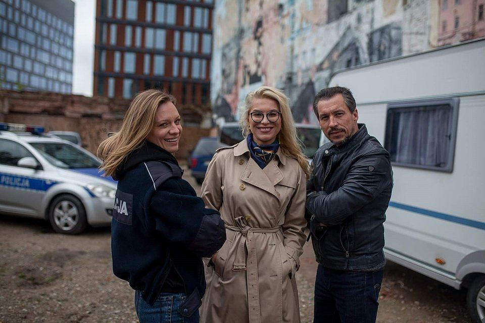 Katarzyna Bonda (w środku) na planie serialu