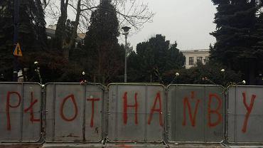 Barierki, które po poniedziałkowych protestach pojawiły się wokół Sejmu, zostały przez protestujących nazwane 'płotem hańby'. Ludzie naklejają na nim kartki ze swoimi postulatami
