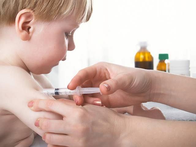 Mimo profilaktyki część dzieci i tak zaraża się nagminnym zapaleniem przyusznic, czyli świnką