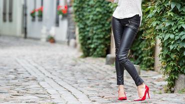 Skórzane spodnie - hit czy kit? Podowiadamy, jak je nosić i z czym, aby wyglądać modnie [trendy jesień 2019]