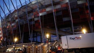 Konferencja prasowa ws. budowy szpitala polowego na Stadionie Narodowym w Warszawie. Pokazowy wyładunek sprzętu. 19 października 2020