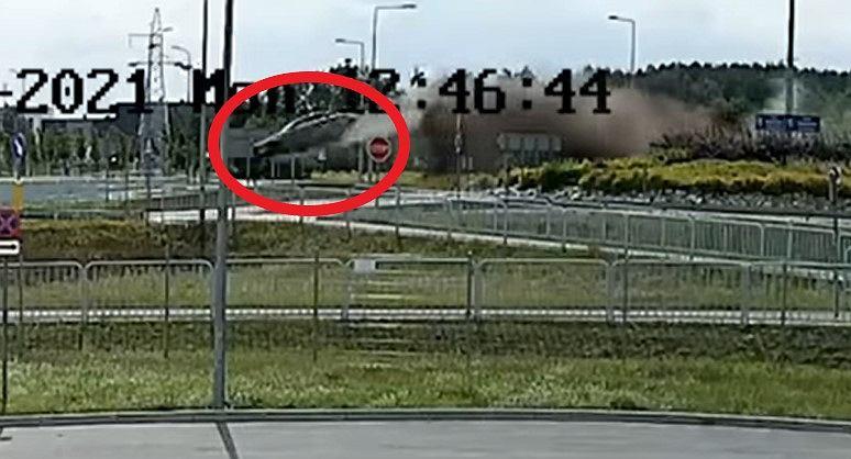 Mercedes przeleciał przed rondo Województwa Lubuskiego w Nowej Soli
