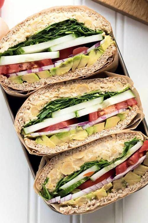 Lekka kanapka z warzywami doskonale zaspokaja głód.