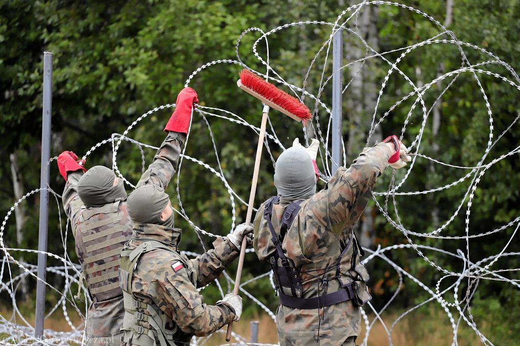 Wojsko podczas budowy płotu z drutu kolczastego w związku z napływem uchodźców. Granica polsko-białoruska między Krynkami i Grzybowszczyzną. 27 sierpnia 2021 r.