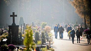 Cmentarz Miejski w Białymstoku. Obostrzenia na cmentarzach 1 listopada. Metropolita białostocki: Nawiedzajmy nekropolie indywidualnie