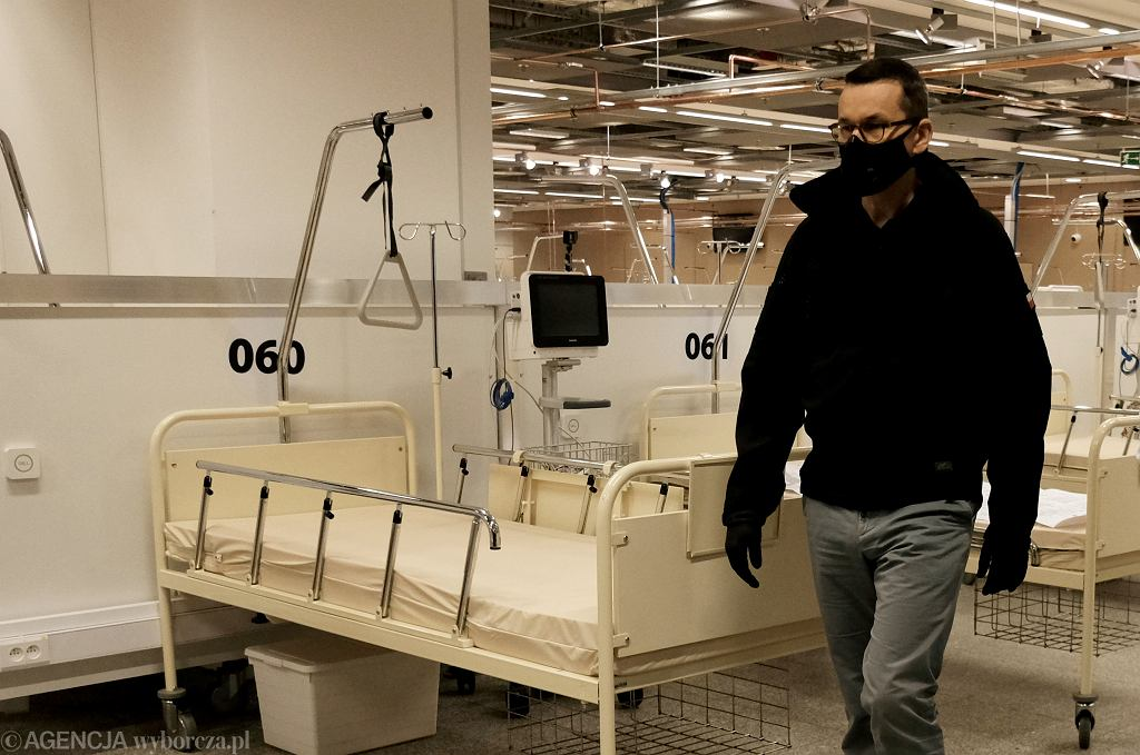 Premier Mateusz Morawiecki zwiedza szpital polowy dla chorych na COVID-19 na Stadionie Narodowym
