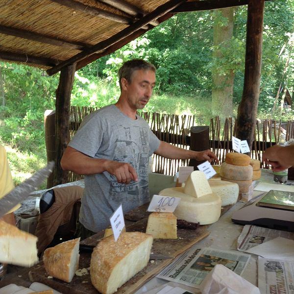 Rusłan Kozynko z Rancza Frontiera przy stoisku ze swoimi serami