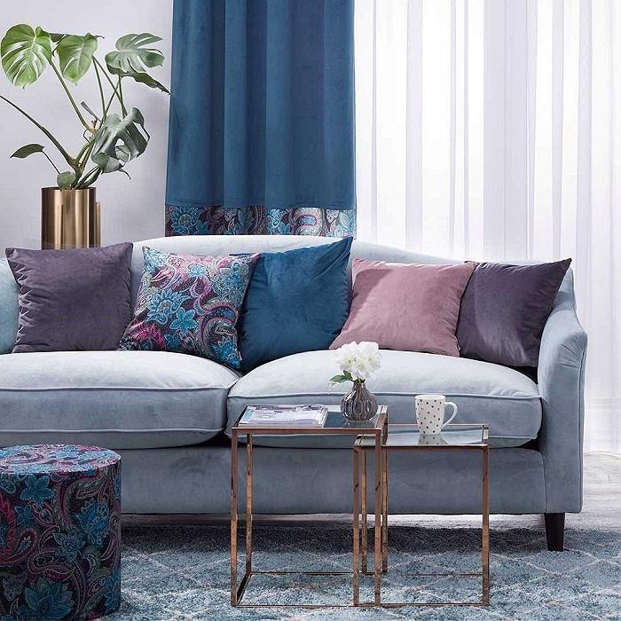 Aksamitna sofa doda wnętrzu przytulności i stylu