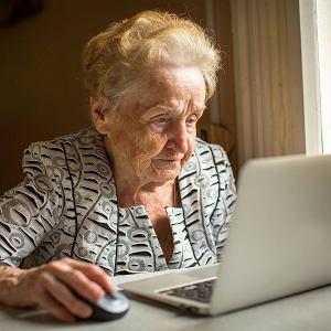 Starsze osoby czują się bardzo osamotnione przez izolację