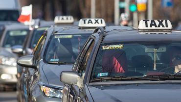 Także taksówkarze chcą, aby ich branża została wsparta w ramach rządowej tarczy antykryzysowej. W Białymstoku i szeregu innych miastach zorganizowali protest w związku z tym, że są jej pozbawieni. W ramach protestu kilkadziesiąt taksówek przejechało w kolumnach przez centrum podlaskiej stolicy.