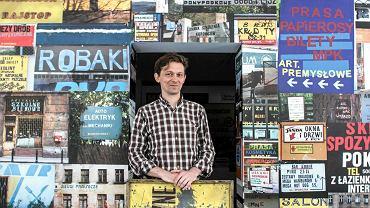 Rene Wawrzkiewicz wśród eksponatów ze swojej wystawy