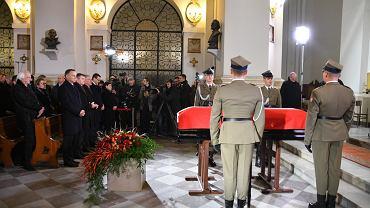 Kondukt żałobny Jana Olszewskiego przed 22 dotarł do sanktuarium Matki Bożej Łaskawej w Warszawie.