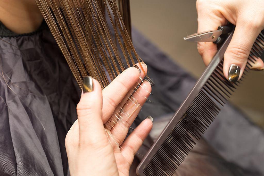 Fryzury damskie krótkie dla 50-latki. Te modne cięcia to odmładzające o 10 lat hity (zdjęcie ilustracyjne)
