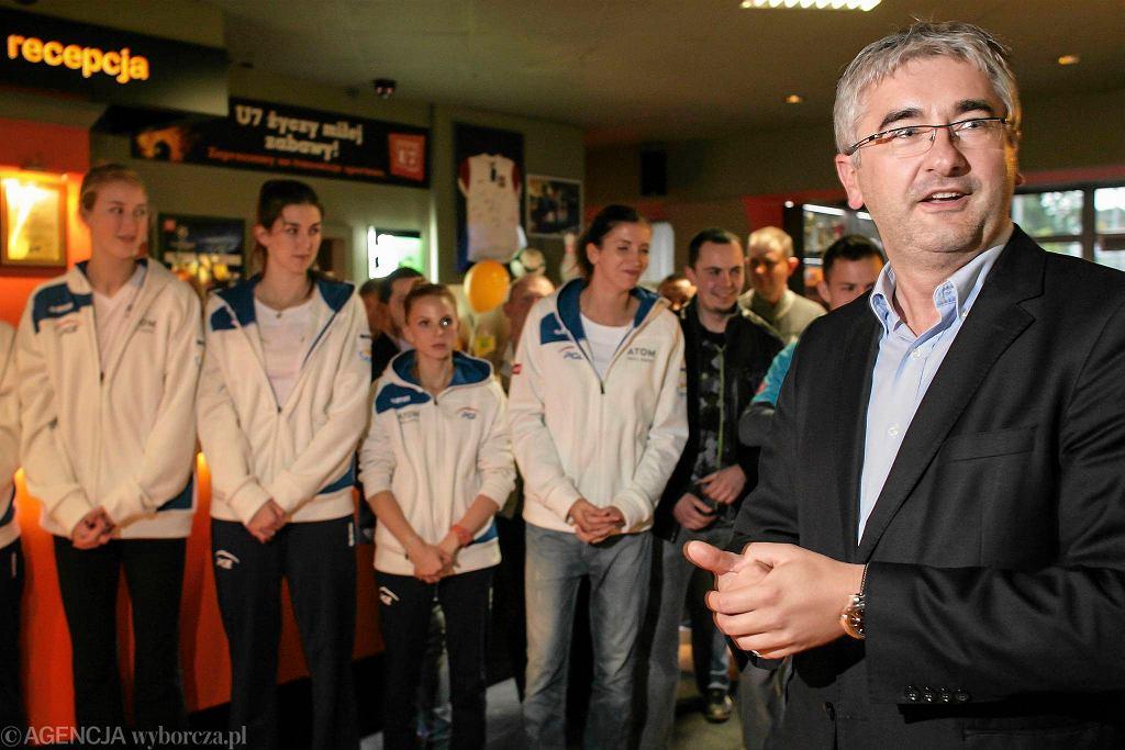 Prezentacja siatkarek Atomu Trefl w klubie U7. Prezes klubu Roman Szczepan Kniter