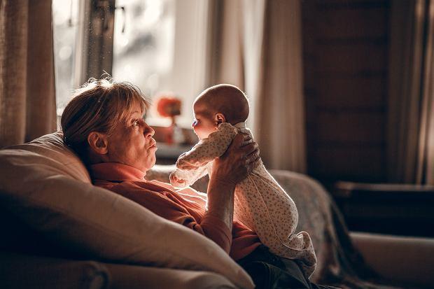 """""""Dziadkowie są od rozpieszczania, rodzice od wychowywania"""". Jak dziś wyglądają relacje wnuków z dziadkami?"""