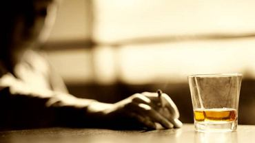 Neuropatia alkoholowa prowadzi do uszkodzenia ośrodkowego układu nerwowego i dotyka niemal 30 proc. osób z problemem alkoholowym