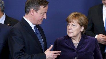 Premier Wielkiej Brytanii David Cameron i kanclerz Niemiec Angela Merkel w kuluarach grudniowego szczytu w Brukseli.
