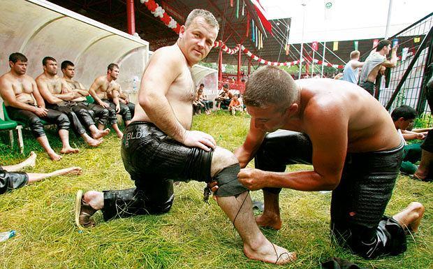 Mój pierwszy raz: tureckie zapasy, sport, mój pierwszy raz, Same spodnie nie wystarczą. Trzeba jeszcze wzmocnić nogi specjalnym kawałkiem materiału.