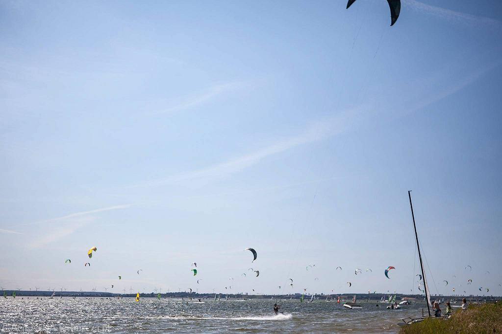 W sezonie letnim Półwysep Helski odwiedzają tysiące turystów. Wielu z nich decyduje się, aby spróbować swoich sił w sportach wodnych, takich jak kitesurfing i windsurfing, ponieważ wody Zatoki Puckiej to zdaniem ekspertów najlepsze miejsce szkoleniowe w Europie.