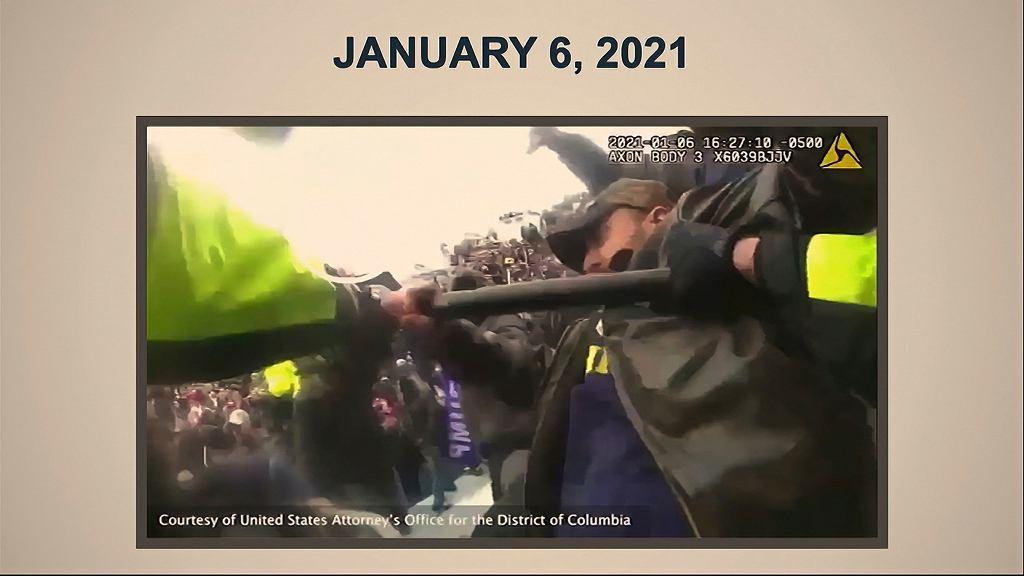 Klatka z filmu zarejestrowanego przez kamerę policjanta broniącego Kapitolu szóstego stycznia