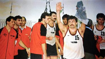 Dariusz Szczubiał (na pierwszym planie), Justyn Węglorz (z szóstką na koszulce) i Tomasz Służałek (trzeci z lewej) sprawili, że małe węgierskie miasteczko oszalało na punkcie koszykówki