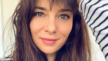 Anna Czartoryska-Niemczycka ćwiczy, a w tle jej sypialnia. Wieje luksusem? Wręcz przeciwnie!