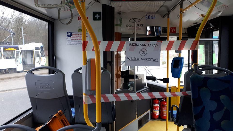 Zablokowane dojście do czoła autobusu, w którym kierowca nie ma obudowanej kabiny