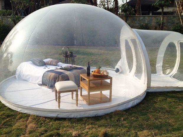 Przeźroczysty namiot z łóżkiem w środku