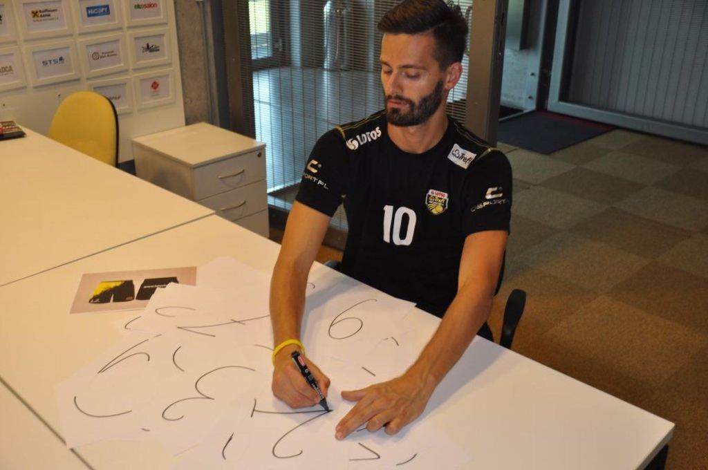 Bartosz Gawryszewski projektuje numery na koszulkach Lotosu Trefla Gdańsk