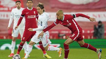 Luka Modrić osaczony przez piłkarzy Liverpoolu
