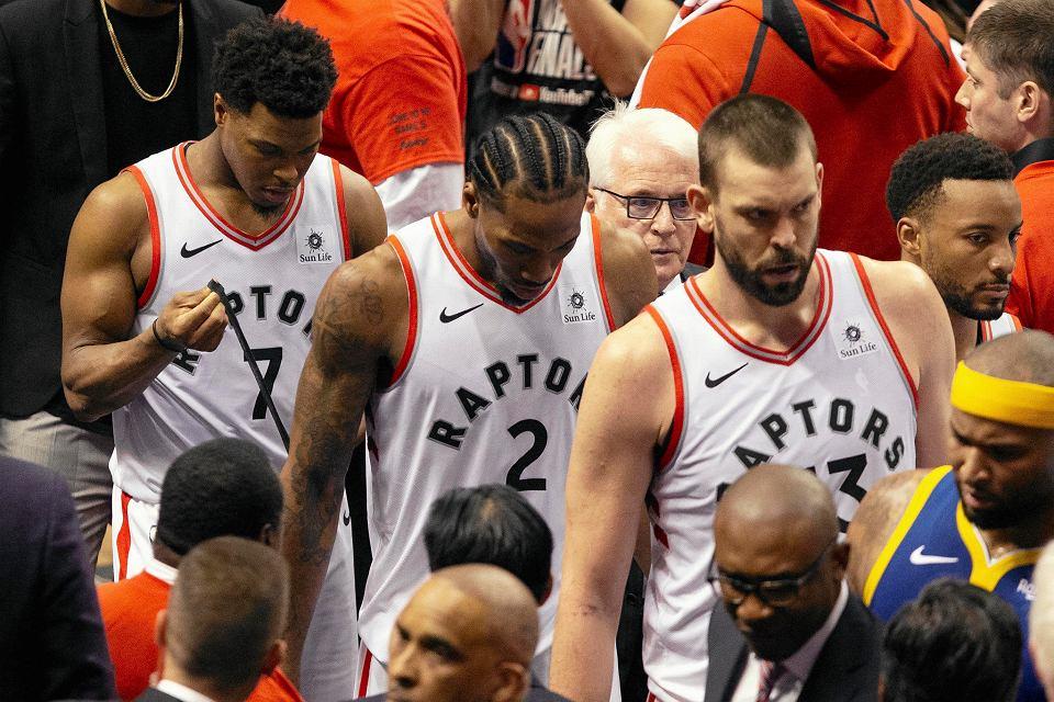 Koszykarze Toronto Raptors po przegranym meczu nr 5. Od lewej: Kyle Lowry, Kawhi Leonard, Marc Gasol.