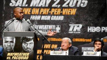 Floyd Mayweather przemawia na konferencji prasowej