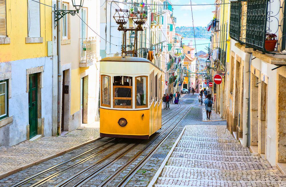 Słynny żółty tramwaj w Lizbonie