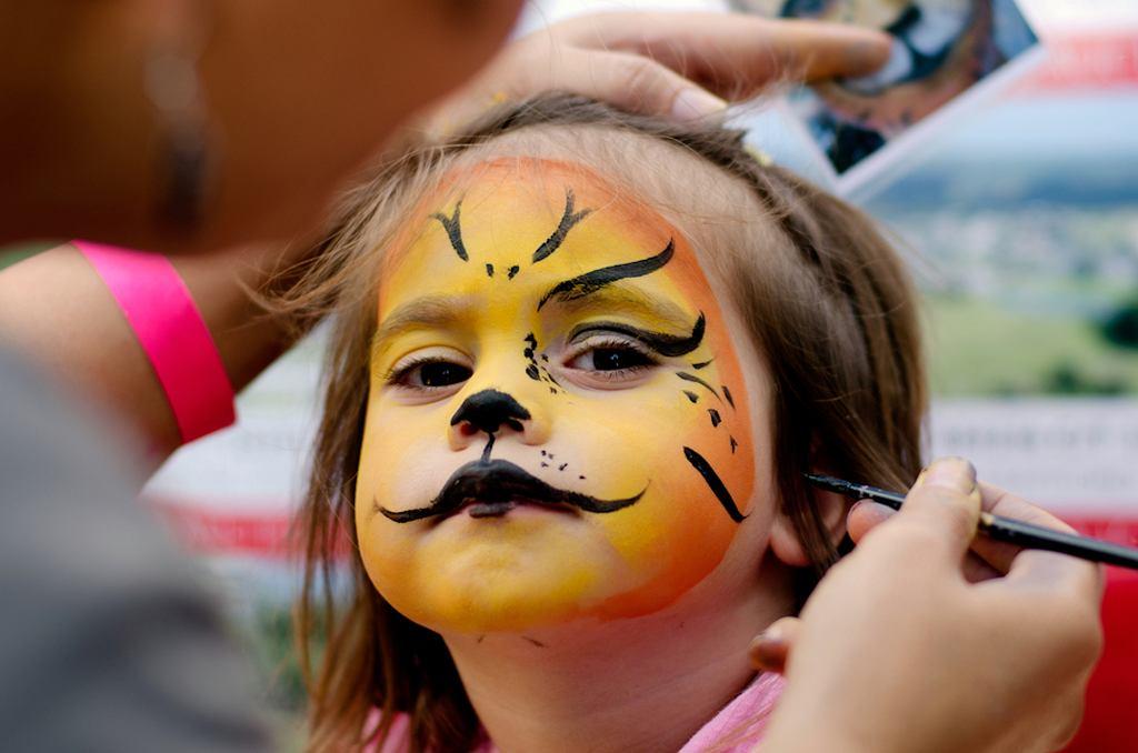 Malowanie twarzy to stały element imprez dla dzieci