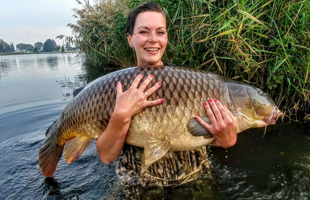 Nie tylko mężczyźni łowią karpie. Magdalena Warmuz ze swoim rekordem życiowym
