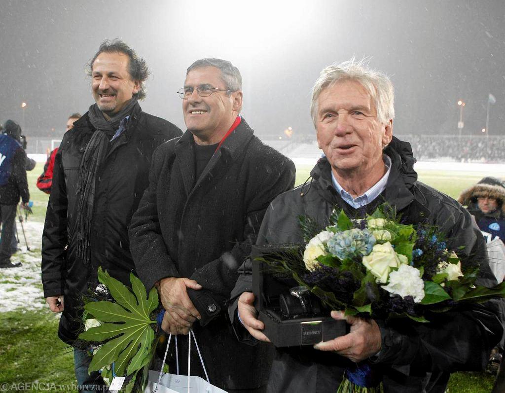 Eugeniusz Lerch (z prawej), obok Zygmunt Anczok uhonorowani przed Wielkimi Derbami Śląska na stadionie Ruchu w 2012 roku