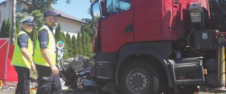 Mazowsze. Ciężarówki zmiażdżyły samochód. Nie żyją dwie osoby, dwie są ranne